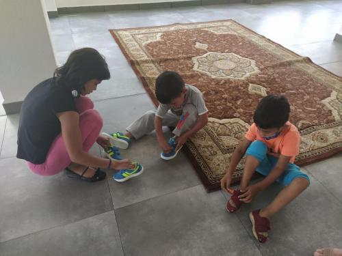 Deti s novými topánkami